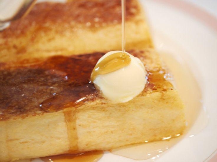 一度は泊まってみたい憧れの高級ホテルの代名詞、ホテルオークラが提供する幻のフレンチトーストをご存知ですか?「世界一美味しい」と評されるその味を味わえるのは、運のいい人だけ。「でも一度でいいから食べてみたい!」そんな方のためにホテルオークラがフレンチトーストのレシピを公開してるんです。
