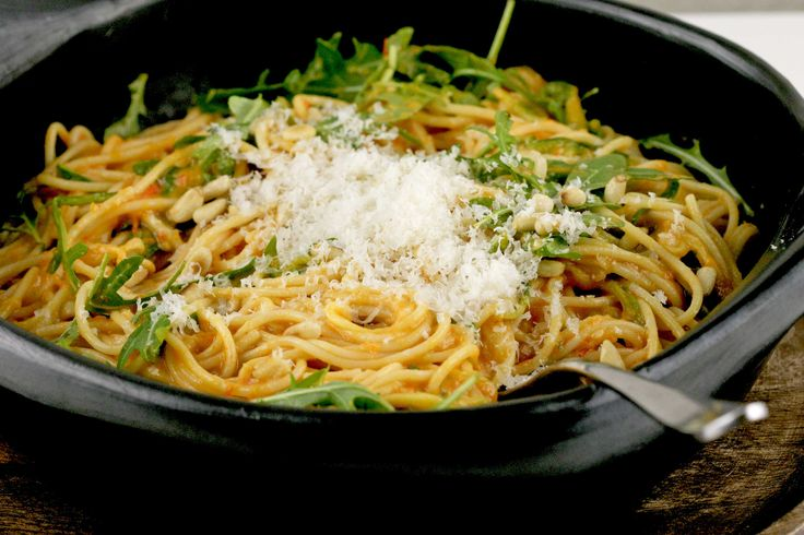 Oh, het gemak van pasta. Wat maak je klaar wanneer je weinig tijd hebt? Deze pasta is een perfecte oplossing. Omdat Johan een glutenallergie heeft gebruiken we steevast glutenvrije pasta. Die van het merk Schär is best ok. Alleen bevat hij net als echte spaghetti (die van tarwe) heel veel geraffineerde koolhydraten, die je bloedsuiker spiegel