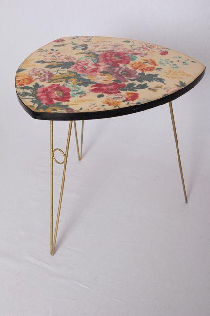 Petite table tripode pouvant accueil une lampe ou une plante. Motif floral et pieds en laiton.