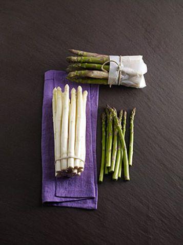 Asparagi contro cellulite e ritenzione idrica.....Gli asparagi sono l'ortaggio anticellulite per eccellenza: grazie a bassissimi livelli di sodio e al potassio in alta concentrazione, alla molta acqua contenuta e alla presenza di purine, gli asparagi riducono il ristagno di liquidi e quindi anche la ritenzione idrica. Aiutano anche a contrastare gonfiori e aumento di peso.