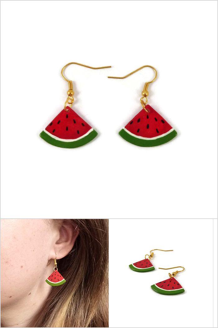 Boucles d'oreille fantaisie en forme de tranches de pastèque triangulaires - Bijoux réalisés sur commande par @savousepate à partir de plastique recyclé (CD) peint - Idée cadeau femme