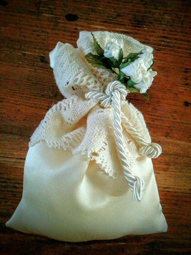 Sacchetto porta confetti in raso color latte