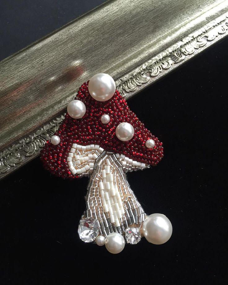 В наличии появился благородный насыщенный мухомор как всегда Японский бисер, кристаллы Swarovski , кристальный жемчуг Swarovski #брошь #брошьсвоимируками #брошьизбисера #брошьмухомор #jewelry #moscow #handmade #swarovskicrystals #swarovski #accessories #brooch #brooches #украшенияручнойработы #украшения #подарок #бижутерия #стиль #мода #моднаяодежда #сваровски #вышивка #вышивканаодежде #вышивкабисером #москва #охотныйряд #метрополис #тула