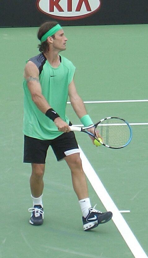 #CarlosMoyà (Palma de Mallorca, 27/081976): extenista español y excapitán del Equipo español de Copa Davis. Núm. 1 de la ATP 2 semanas (marzo 1999). ganó #RolandGarros 1998; finalista en Australia 1997 y en el ATP World Tour Finals 1998; logró tres Masters Series; Montecarlo 1998, Cincinnati 2002 y Roma 2004, 3 ATP500, y 13 ATP 250. #CopaDavis 2004 #Sevilla. #Fuente: #Wikipedia