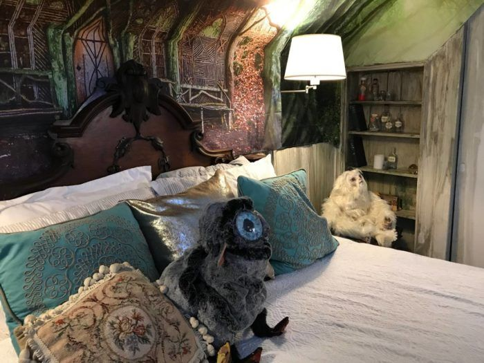 The Harry Potter Themed Airbnb In Massachusetts Is A Dream Getaway For Potterheads Of All Ages Gryffindor Common Room Guest Bed Little Cottages