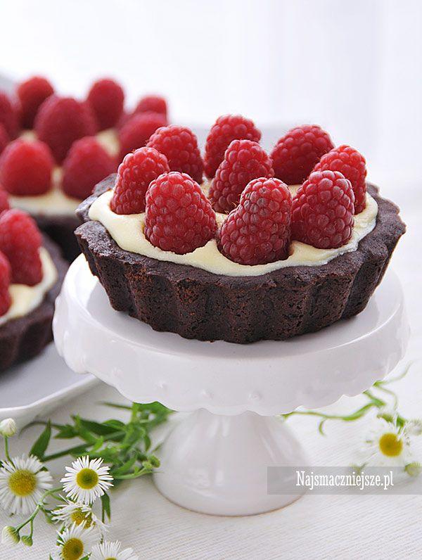 Tarta czekoladowa z malinami, smaczna, delikatna, a zarazem wyrazista w smaku. Polecam również z innymi owocami leśnymi, np. z jagodami czy jeżynami.