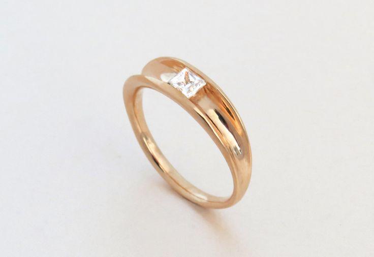 Prinses diamanten verlovingsring - alternatieve verlovingsring, unieke verlovingsring, 14 k rose gold ring, moderne gouden ring, Solitaire Ring door SivanLotan op Etsy https://www.etsy.com/nl/listing/258438079/prinses-diamanten-verlovingsring