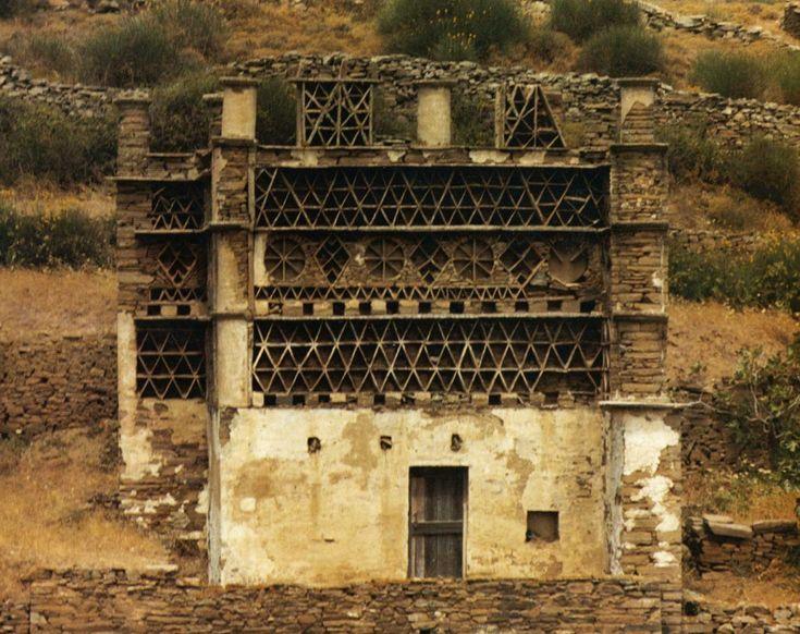 Περιστερεώνας Η Τήνος, νησί των Β. Κυκλάδων, κρύβει στην ενδοχώρα της τους στολιστούς περιστερεώνες που πρωτοχτίστηκαν εδώ τον καιρό της βενετσιάνικης κυριαρχίας.Πηγή εικόνας: Γιάννης Σημηριώτης, «Περιστερεώνες της Τήνου», 1986.