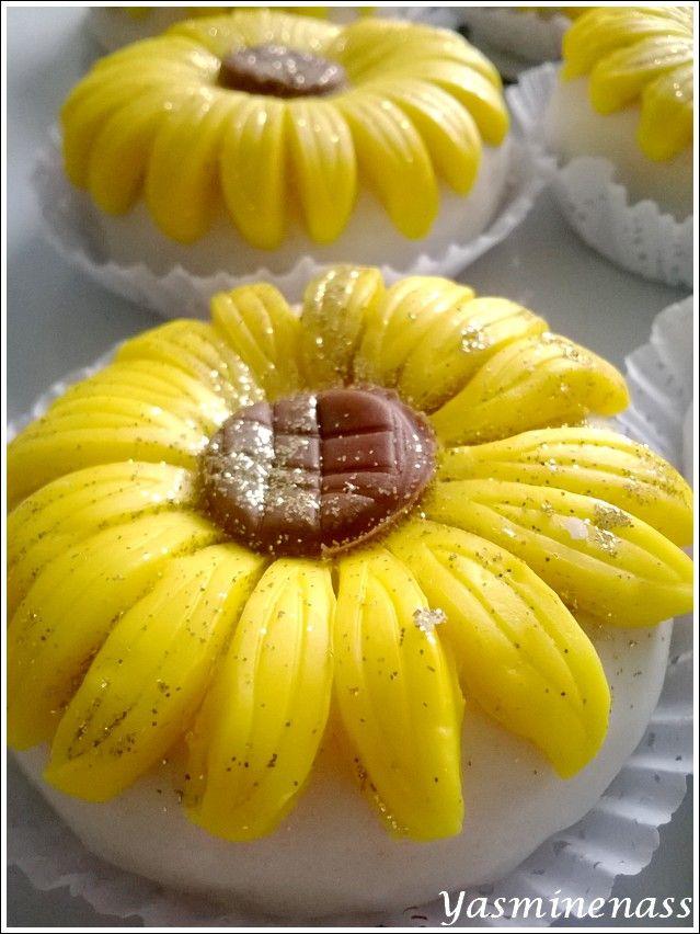 Salam alyakoum/bonjour, On peut dire que ces gâteaux d'origine algérienne sentent bon le Printemps même si on est en plein mois d'automne, c'est sûr que dans un plateau de pâtisseries orientales, ces belles fleurs attirent de suite le regard. Elles me...