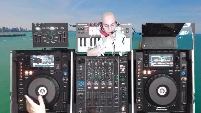 Blending 2 tracks like a tasty cocktail ... #miami #housemusic #dj #techno #techhouse #love #art #music #meme  #musicproducer #RogerF #facebook #sexy #health #vegan #vegetarian #food #logicprox #follow #me #hollywood #photooftheday #animal #animallover #sport #boxing #tattoo #Japan #USA #Chicago