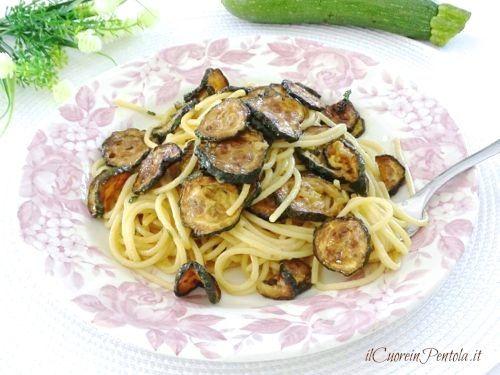 Gli spaghetti alla nerano sono degli spaghetti con le zucchine fritte ed una deliziosa cremina che li lega preparati secondo una ricetta campana della
