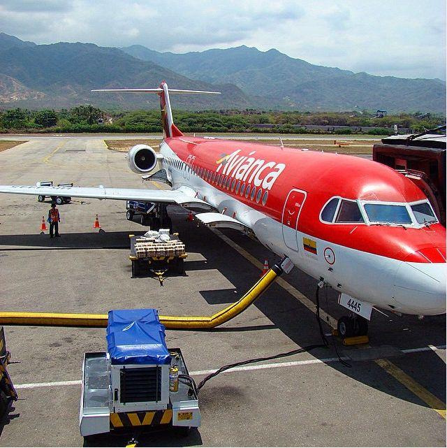 Vía @otachi13 An old Avianca F100 at Santa Marta airport #fokker #f100 #avianca #avporn #avion #aereo #flugzeug #vliegtuig #avgeek #avnerd #sksm #santamartacolombia