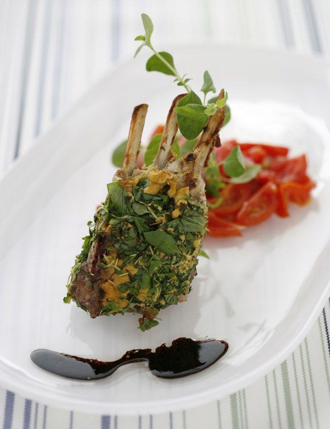 Lammrack är en klassisk rätt att servera på nyår, bäst smakar de tillsammans med fräscha grönsaker och en rödvinssås. Här hittar du vårt recept!