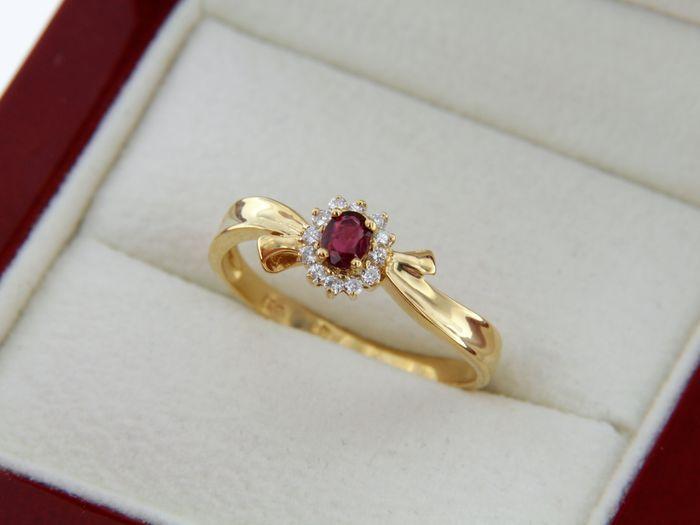 18 kt geel goud. Ring. Robijnen en diamanten.  Heel mooi 'klassieke' ring in 18 kt goud (gecertificeerd).Centrum ruby omgeven door diamanten.Gewicht van de ruby: 030 ct - mooie kleur.Geen bekende behandeling.12 briljant-cut diamant.Diamond gewicht: 0. 12 karaat - kwaliteit H/SI.Ring hoofdmaat: 6.8 mm.18 kt gouden gewicht: 265 gram.Ring van grootte: 60 - gemakkelijk verstelbaar.Wordt geleverd in de behuizing.Geregistreerde verzending met aangegeven waarde.  EUR 1.00  Meer informatie