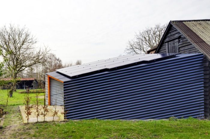 Tiny Solar Shed: abastece de energía limpia a una granja. Unos arquitectos recibieron el encargo de reparar un viejo cobertizo adosado a una granja holandesa, para colocarle encima unos paneles fotovoltaicos. Optaron por una solución minimalista con estructura de madera y chapa ondulada. La instalación abastece de energía limpia a toda la granja.      #Arquitectura, #Energiasrenovables