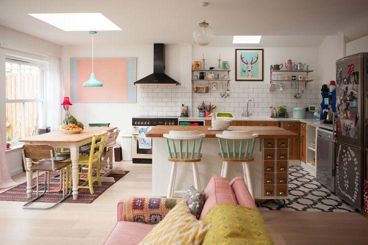 Une grande pièce à vivre avec cuisine ouverte sur un salon-salle à manger, idéal en famille