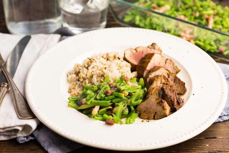 Recept voor oosters gemarineerde varkenshaas voor 4 personen. Met olijfolie, peper, aluminiumfolie, varkenshaas, snijbonen, spekreepje, rijst, ketjap manis, knoflook en ui