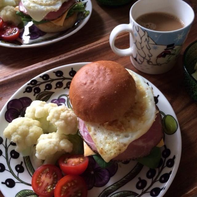 昨日の朝ごはん。 - 17件のもぐもぐ - サンドウィッチ(サラダほうれん草、チーズ、ハム&目玉焼き)、カリフラワー&プチトマト、バナナ・オレンジ&ヨーグルト、カフェオレ by schenklu