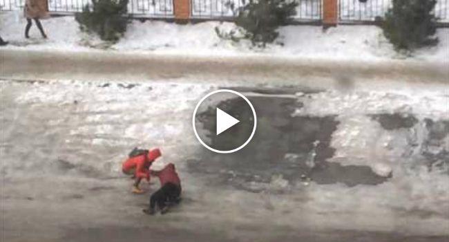 A Dificuldade Em Caminhar Com Ventos Fortes Numa Estrada Coberta De Gelo