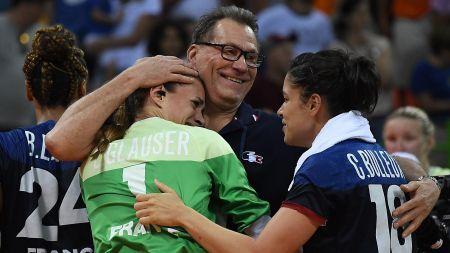 Laura Glauser dans les bras d'Olivier Krumbholz aux JO de Rio Les handballeuses françaises en finale !