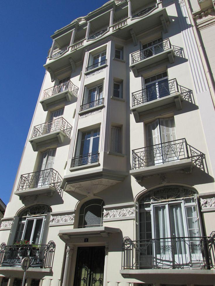 "VICHY : immeuble style ""art-déco""."