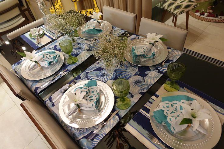 Mesa Posta Azul, Verde e Branco. com detalhes pratas.