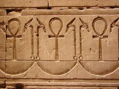 4.Diseña tu propia colección. Cultura egipcia. Pendientes. Jeroglífico de inspiración ''anj'' que significa ''vida'', muy usado en la iconografía de esta cultura.