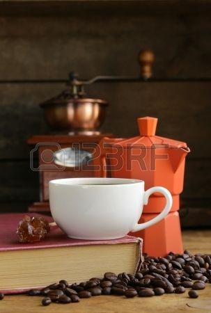 Still life di chicchi di caffè e tè e caffè, tazza di caffè espresso su sfondo vintage di legno Archivio Fotografico
