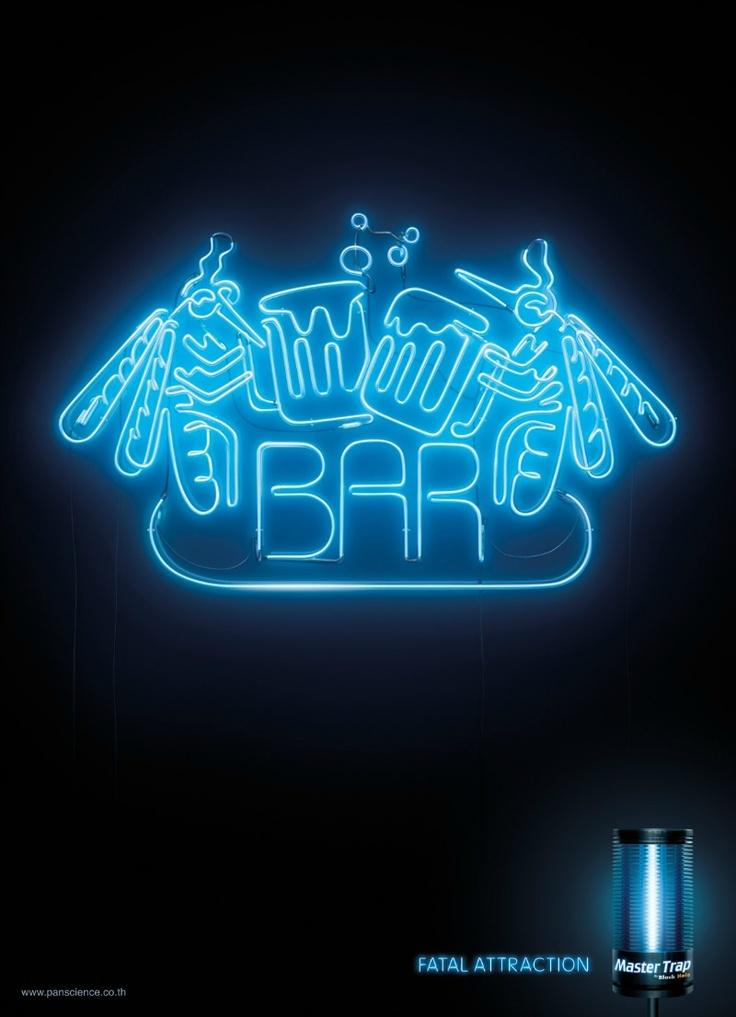 campaña gráfica de Master Trap, una marca que se dedica a hacer lámparas de esas con luz azul que atraen a los mosquitos. Para promocionar sus trampas, han creado estas 3 piezas que muestran que estas luces pueden ser tan irresistibles para los mosquitos como algunos carteles de neón lo son para los humanos.