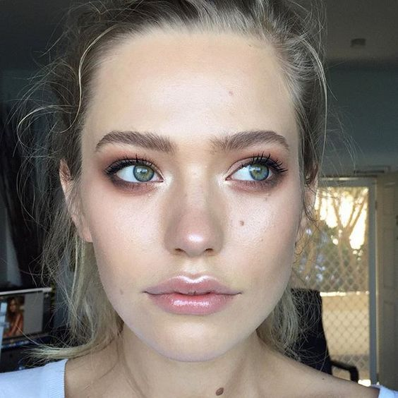 Is it possible to create a fresh-faced look without makeup? I mean, can you imagine going to work without all your necessities? I can!