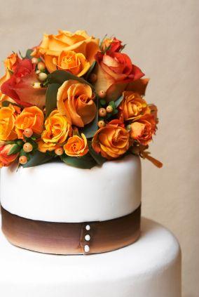 Cake topper con fiori arancioni per un matrimonio autunnale