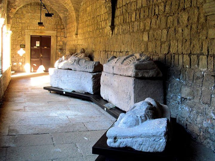sarcofagi al museo civico, foto G. Bellucci