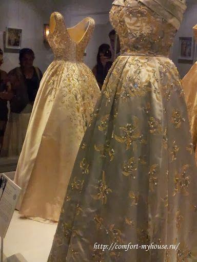 Все платья украшены вышивкой ручной работы. Шикарные королевские платья! А какие кружева!