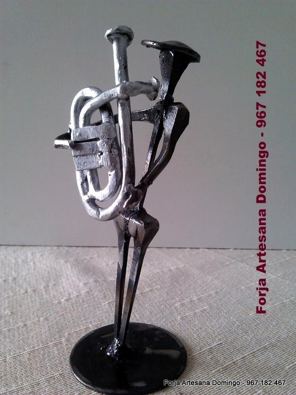 Figura de forja de un musico tocando la Tuba, hecho a mano de forma artesana.