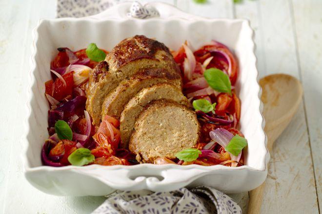 Geef een klassiek gehaktbrood meer smaak en pit met heerlijke kruiden, verrassend gepresenteerd op tomaatjes uit de oven. Een klassieker met een twist!