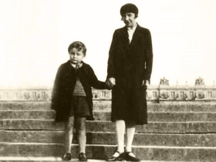 Марина Цветаева с сыном Георгием.  Версаль, 1930 г.