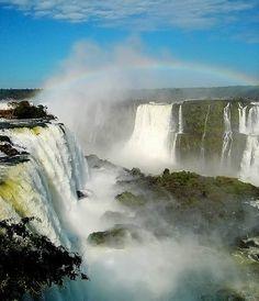 As cataratas do rio Iguaçu formam o maior conjunto de quedas d'água da Terra: são cerca de 270 cachoeiras nos parques nacionais das duas fronteiras, com alturas entre 40 m e 90 m.