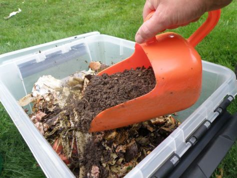 "Make your own ""soil factory"" with bokashi! Perfect for the balcony."