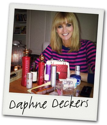 DE MAKE-UPTAS VAN Daphne Deckers: Shampoo & conditioner: Farouk Royal Treatment 'White Truffle And Pearl' van CHI. Gezichtsserum: Peptide Infused. Antioxidant Serum van Radical Skincare Foundation: Skin Foundation SPF 15 van Bobbi Brown. Blusher: Orgasm Blush van Nars. Parfum: TC WOW World of Woman Eau de Toilette. Haarserum: Biosilk Silk Therapy van Farouk. Bikinilijn scheersjabloon: Brazilian van Ladyshape Antistress-verstuiver: Chakra-1 van Aveda