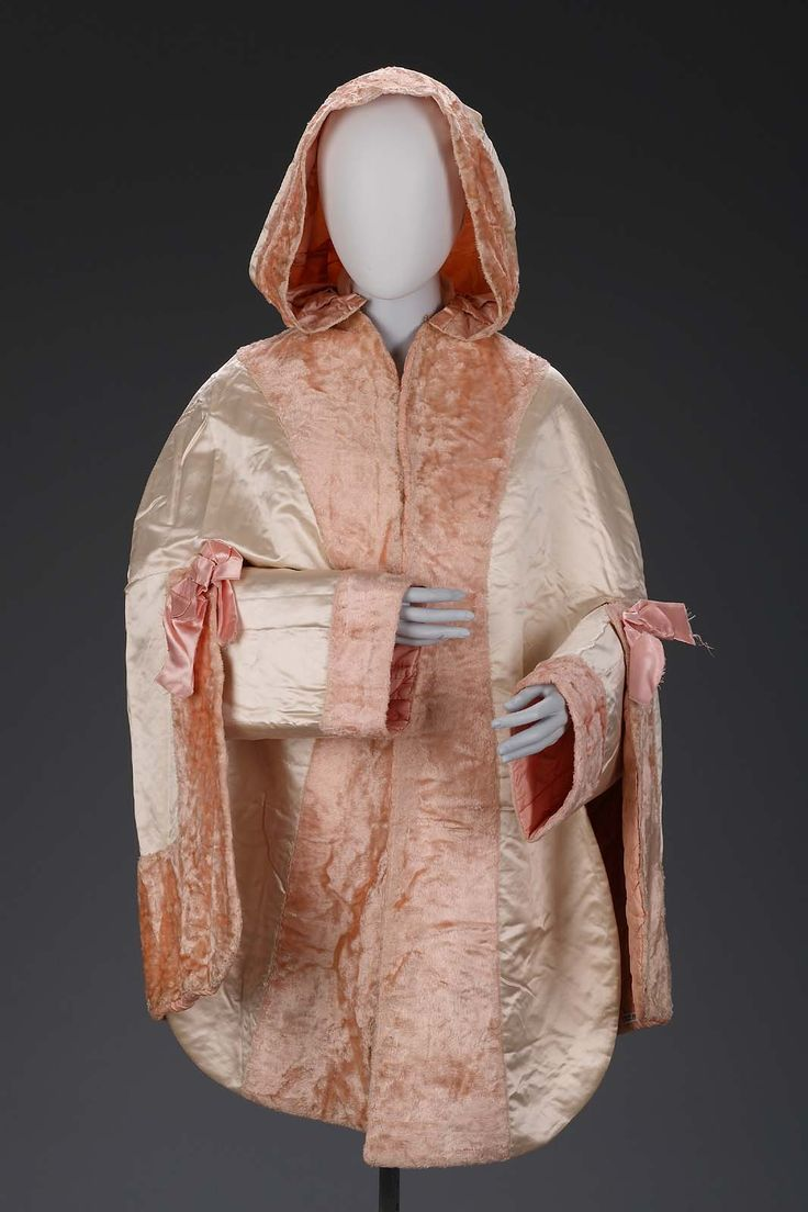 1840-1849, America - Woman's fur cape - Silk satin weave trimmed with silk velvet (plush)
