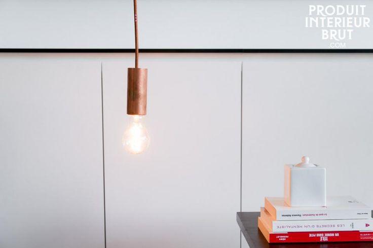 Deze minimalistische lamp voegt net wat extra's toe aan je interieur door zijn koperen kleur. Hang meerdere lampen naast elkaar voor een speels effect.