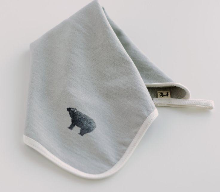 Doudou pour bébé en coton bio teint naturellement par Catherine Soucy sur Etsy.