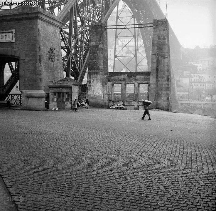 Pilares da antiga ponte Pênsil, em 1958. Porto, Portugal. Via Porto Desaparecido (Facebook page: https://www.facebook.com/PortoDesaparecido?fref=photo)