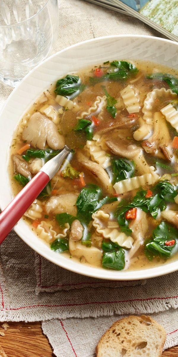 Asiatische Gemüse Nudelsuppe mit Spinat: in nur 15 Minuten steht dieses köstliche Gericht auf deinem Tisch. Verfeinert mit Austernpilzen und Spinat eignet sich die Suppe perfekt für kalte Herbsttage.