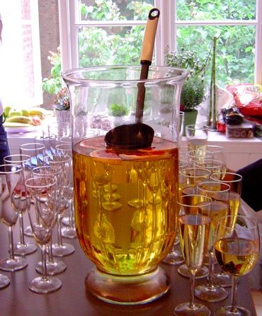 Enkel oppskrift på velkomstdrink som er lett å lage og som de fleste liker. Frisk og god.Gir litt over 2 liter, ca 12 glass. Kan lages i en stor mugge, eller en bolle. 1 flaske vin 0,5 liter Mosell 0,5 liter Sprite 0,33 liter eplemost (ett par dl vodka. Valgfritt) Skiver av sitron og lime isbiter.