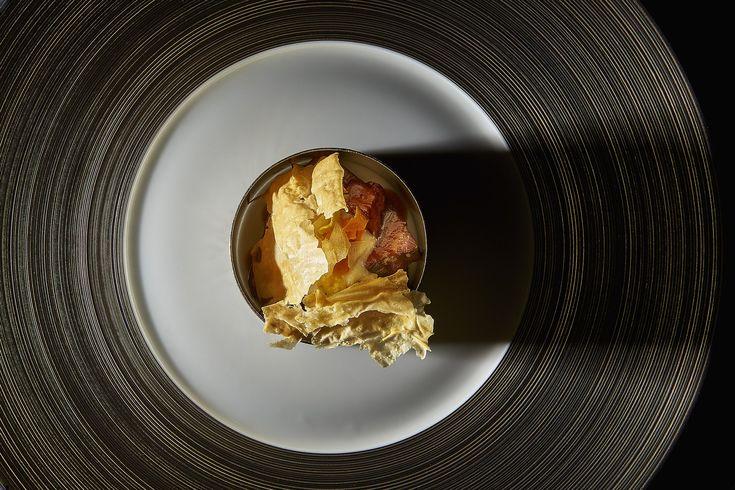 Wellington de ternera charolais ; crujientes de frio y chirivía; salsa al whisky de malta en el restaurante Ramon Freixa Madrid del Hotel Único #Madrid #restaurante #luxuryhotels