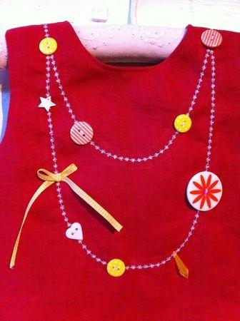 encolure bijou (à faire avec un croquet ?), broderie, rubans et boutons. Pour les nièces ou ma poupette!