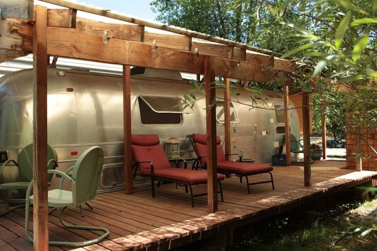 in Rogue River, United States. Enjoy the country,  farm, stars...and goats in our vintage 1970 Airstream. Quaint and cozy with queen bed, front deck, & partly stocked kitchenette.  We're located a bit remotely and completely off the power grid! Composting toilet (a hot shower &...