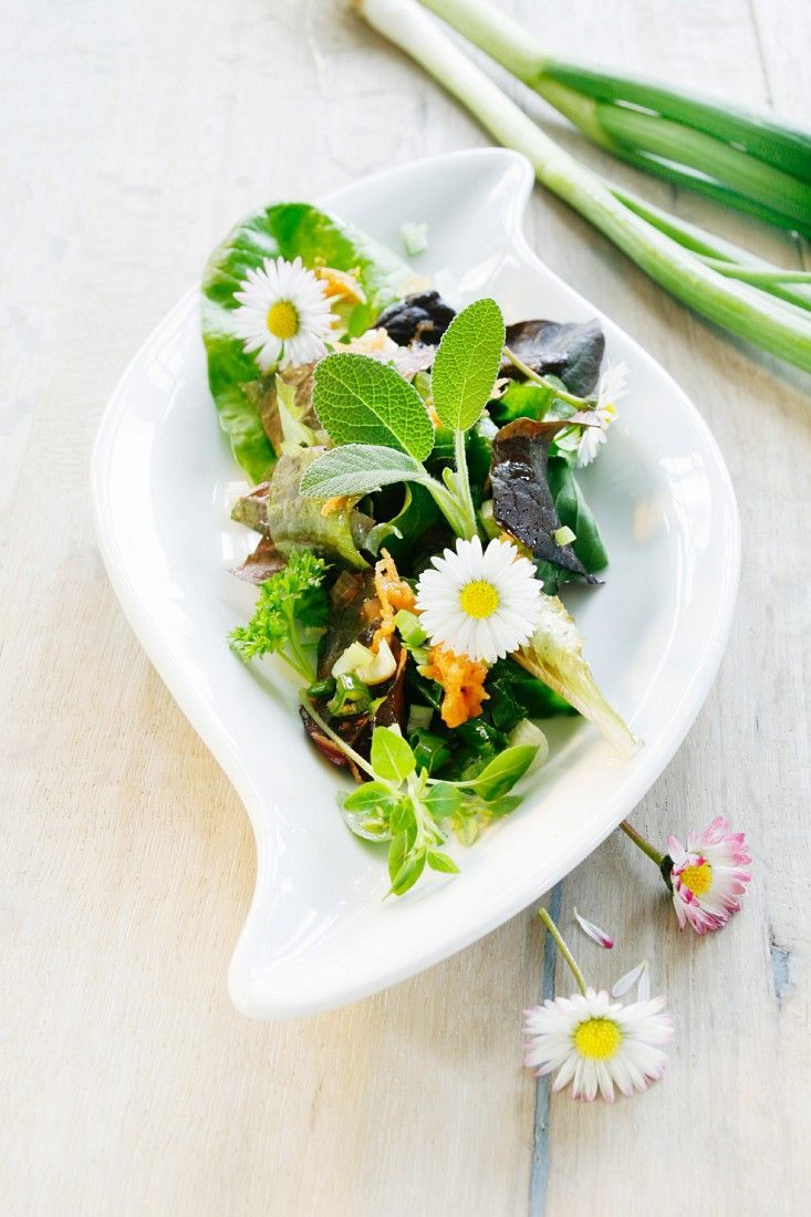 Blattsalat mit Gemüse und Gänseblümchen - smarter - Zeit: 20 Min.   eatsmarter.de