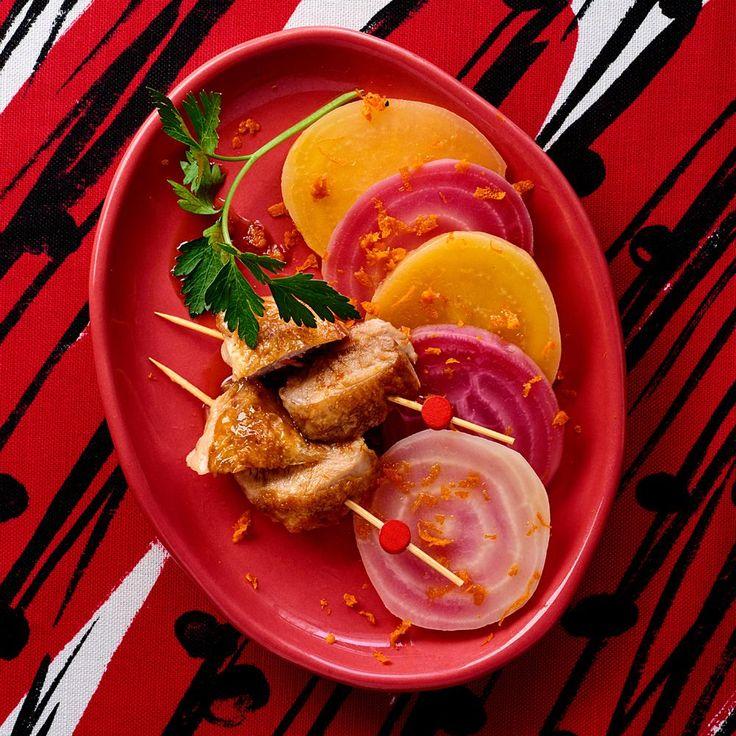 La chef Coline Faulquier, candidate de l'émission Top Chef, saison 7, nous propose un plat raffiné, des cailles accompagnées de betteraves colorées.